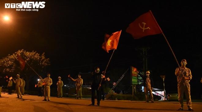 Người dân hô vang 'Chí Linh chiến thắng' thời khắc thành phố được dỡ phong tỏa - 4
