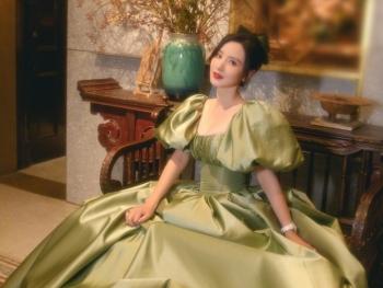 Hoa hậu Hoàn Vũ Trung Quốc vào bệnh viện vì váy bó