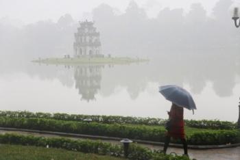 Miền Bắc chìm trong mưa phùn và sương mù, miền Nam nắng nóng