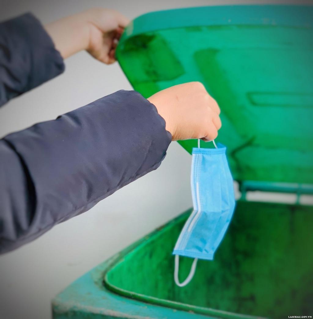 Khẩu trang trong thùng rác