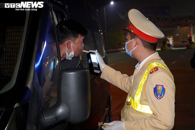 CSGT trắng đêm kiểm tra nồng độ cồn và ma túy trên cao tốc Pháp Vân - Cầu Giẽ - 6
