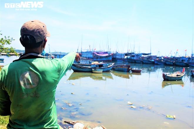 """Luồng lạch bị bồi lấp, tàu của ngư dân """"chôn chân"""" tại cảng Sa Huỳnh"""