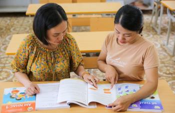 Hai bộ SGK biến mất: Mỗi năm một sách, thầy cô và học sinh bị ảnh hưởng thế nào?