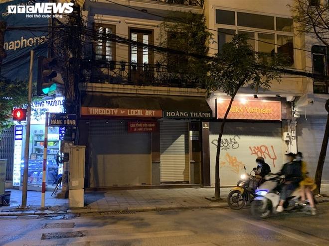 Hàng loạt cửa hàng khắp Hà Nội vẫn đóng cửa im ỉm, 'đắp chiếu' chờ khách thuê - 10