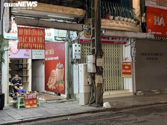 Hàng loạt cửa hàng khắp Hà Nội vẫn đóng cửa im ỉm, 'đắp chiếu' chờ khách thuê - 14