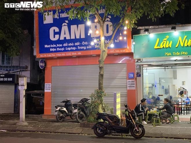 Hàng loạt cửa hàng khắp Hà Nội vẫn đóng cửa im ỉm, 'đắp chiếu' chờ khách thuê - 23