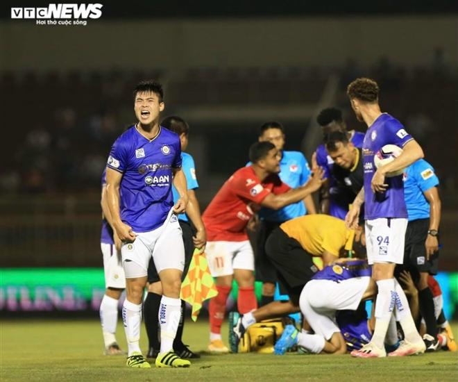 Hùng Dũng gãy chân kinh hoàng: Bạo lực sân cỏ chưa buông tha bóng đá Việt Nam - 1