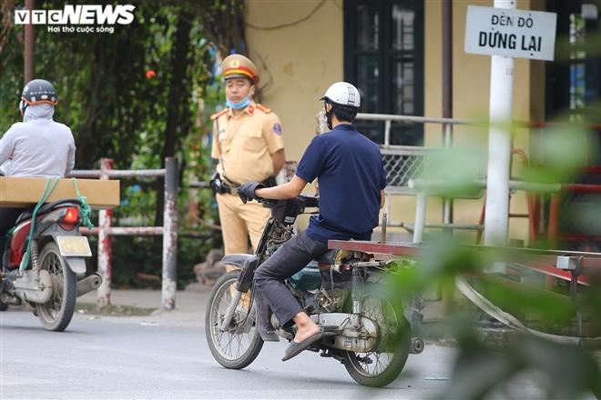 """Ảnh: Xe """"thây ma"""" lộng hành ở Hà Nội đe doạ người dân, ngang nhiên qua mặt CSGT"""