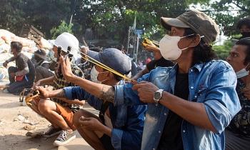 An ninh Myanmar nổ súng vào đám tang người biểu tình
