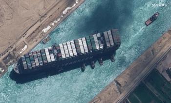 Ai Cập mất một tỷ USD cứu tàu chắn kênh Suez