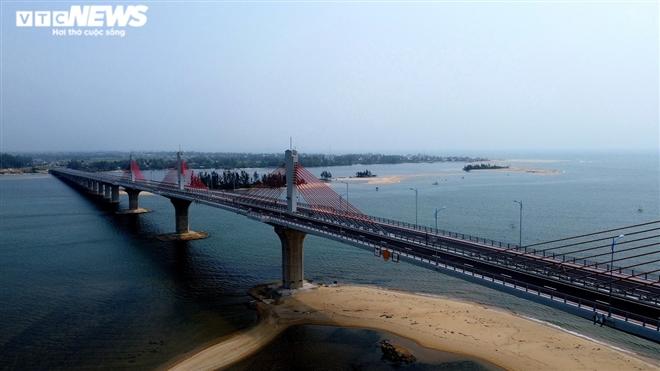 Cận cảnh cầu dây văng 2.250 tỷ đồng sắp vận hành ở Quảng Ngãi - 2