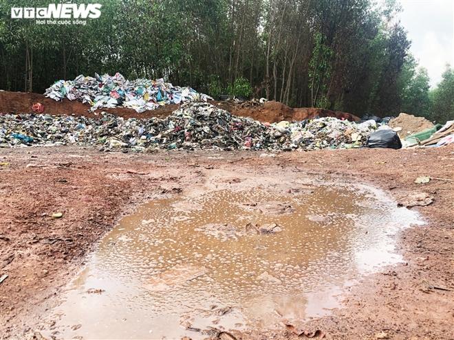 Dân kêu trời vì bãi tập kết rác bốc mùi thối, ruồi bâu kín: UBND huyện nói gì? - 1