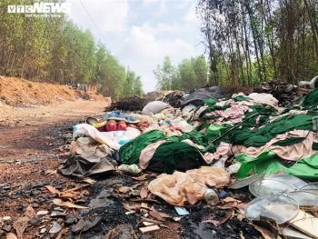 Dân kêu trời vì bãi tập kết rác bốc mùi thối, ruồi bâu kín: UBND huyện nói gì?