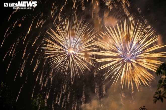 Ảnh: Pháo hoa tầm cao lung linh trên bầu trời Phú Thọ mừng ngày Giỗ Tổ - 3