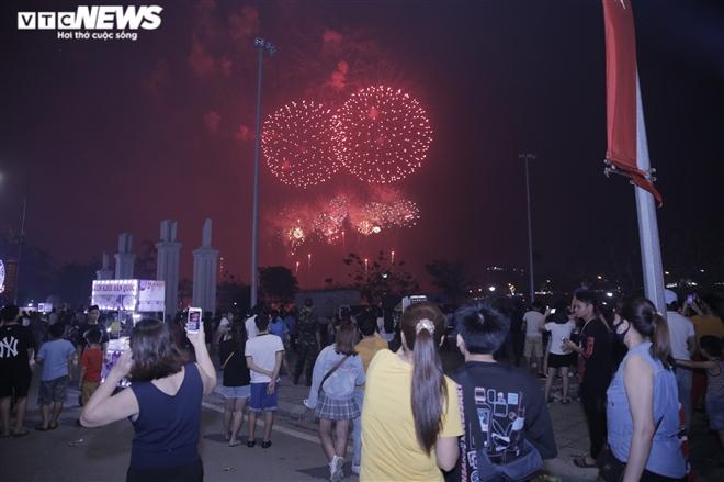 Ảnh: Pháo hoa tầm cao lung linh trên bầu trời Phú Thọ mừng ngày Giỗ Tổ - 11