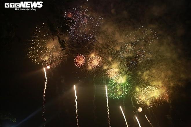 Ảnh: Pháo hoa tầm cao lung linh trên bầu trời Phú Thọ mừng ngày Giỗ Tổ - 2