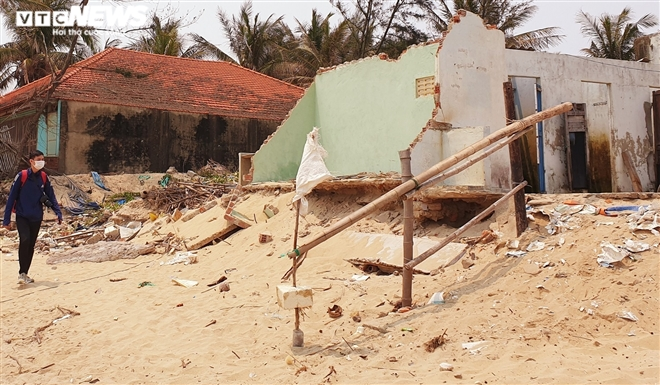 Sóng 'xé toạc' 1,8km bờ biển Hội An, quật sập nhà hàng của dân - 10