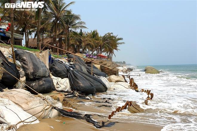 Sóng 'xé toạc' 1,8km bờ biển Hội An, quật sập nhà hàng của dân - 2