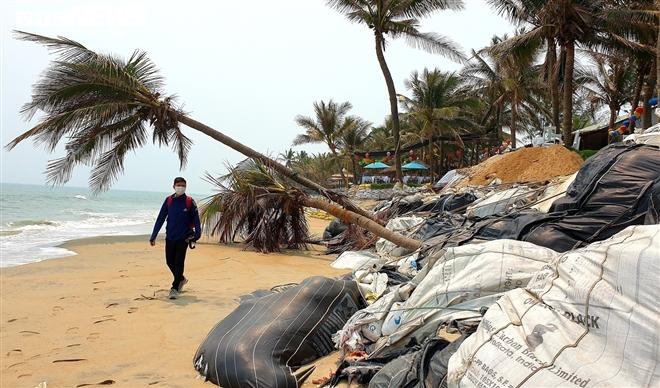 Sóng 'xé toạc' 1,8km bờ biển Hội An, quật sập nhà hàng của dân - 5