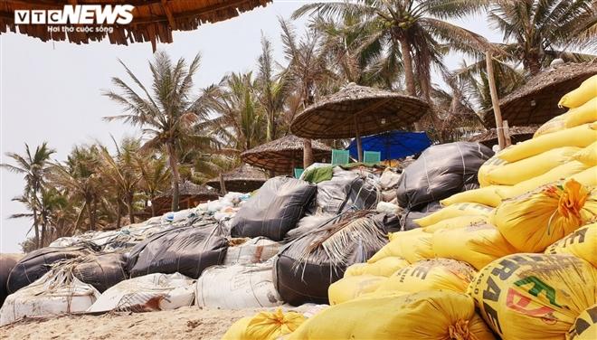 """Sóng """"xé toạc"""" 1,8km bờ biển Hội An, quật sập nhà hàng của dân"""