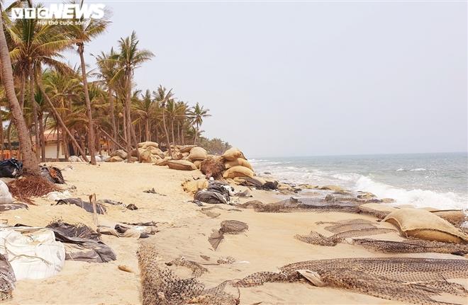 Sóng 'xé toạc' 1,8km bờ biển Hội An, quật sập nhà hàng của dân - 1