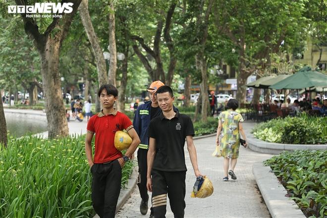 Dịch COVID-19 nguy cơ bùng phát, người Hà Nội vẫn vô tư không đeo khẩu trang - 2