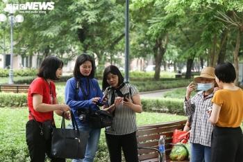 Dịch COVID-19 nguy cơ bùng phát, người Hà Nội vẫn vô tư không đeo khẩu trang