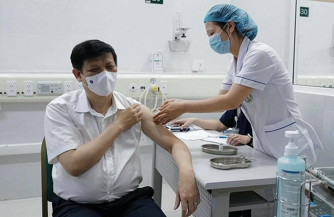 Bộ trưởng Y tế tiêm vaccine Covid-19