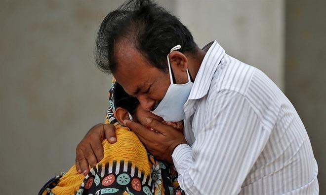 Chính quyền liên tục đổi dự báo, dân Ấn không biết khi nào đỉnh dịch COVID-19 - 1