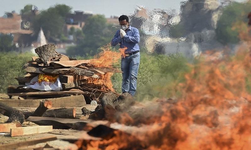 Cảnh sát phát trực tiếp lễ hỏa táng nạn nhân Covid-19