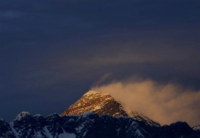 """Trung Quốc dựng """"dải phân cách"""" trên đỉnh Everest để ngăn COVID-19 từ Nepal"""