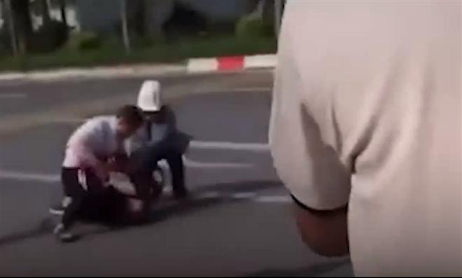 Lái xe taxi vật lộn với kẻ cướp: Sự vô cảm đã lên mức tột đỉnh?