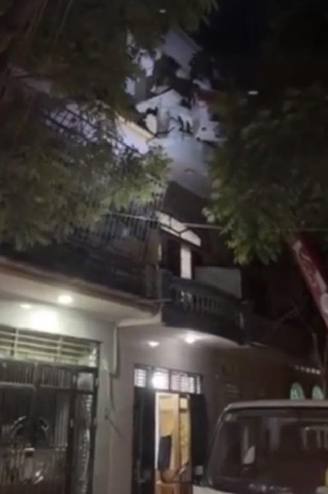 F1 cố thủ trên tầng 3 không đi cách ly, Bắc Giang điều xe thang tới cưỡng chế  - 1