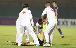 """Tiền vệ trẻ của Hà Nội bị """"ném"""" lên cáng dính chấn thương nặng"""