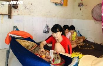 Nữ công nhân dằn lòng cắt bớt bữa ăn giữa tâm dịch Gò Vấp
