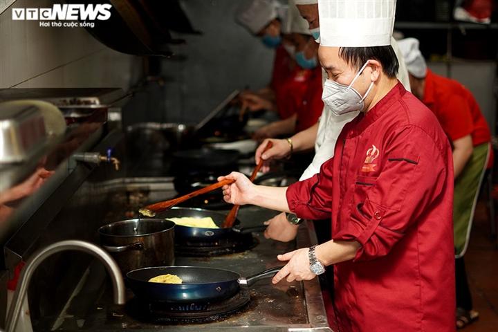 Giám khảo Masterchef Vietnam chế biến 600 suất ăn mỗi ngày gửi vào tâm dịch - 1