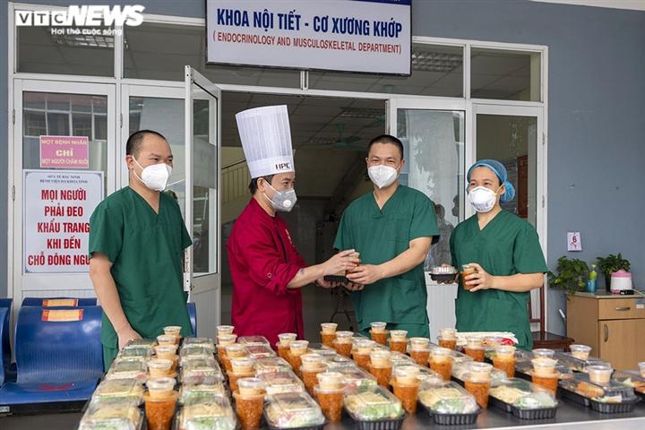 Giám khảo Masterchef Vietnam chế biến 600 suất ăn mỗi ngày gửi vào tâm dịch - 12