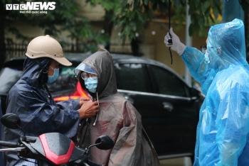 Ảnh: Thí sinh Hà Nội đội mưa tầm tã đi thi vào lớp 10