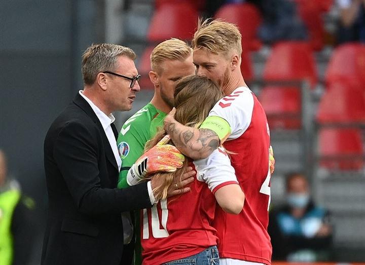 Nước mắt EURO: Đau xót cảnh Eriksen đột quỵ, làng bóng đá hồi hộp nguyện cầu - 2