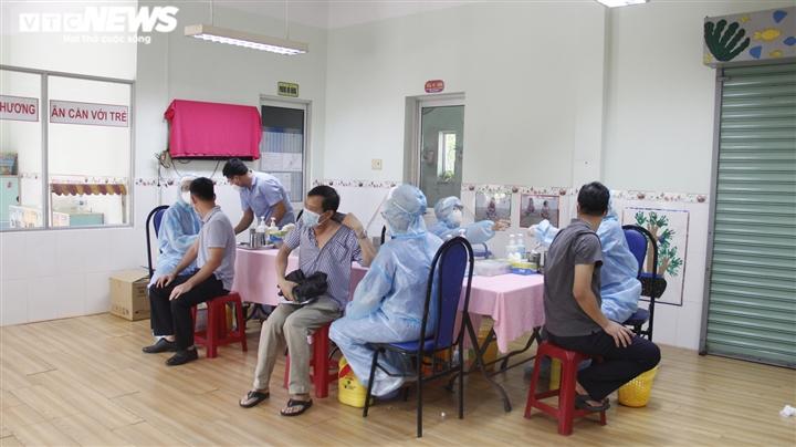 Chiến dịch tiêm vaccine lịch sử ở TP.HCM: Sợ không được tiêm hơn sợ tác dụng phụ - 8