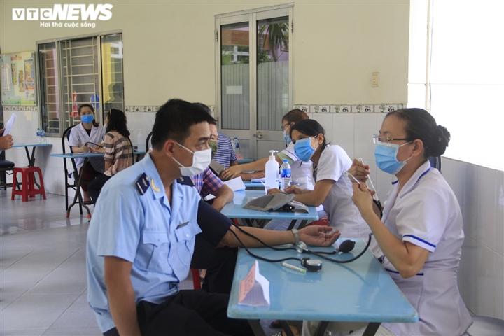 Chiến dịch tiêm vaccine lịch sử ở TP.HCM: Sợ không được tiêm hơn sợ tác dụng phụ - 1