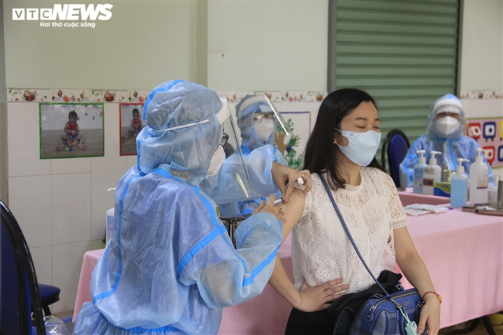 Chiến dịch tiêm vaccine lịch sử ở TP.HCM: Sợ không được tiêm hơn sợ tác dụng phụ - 7