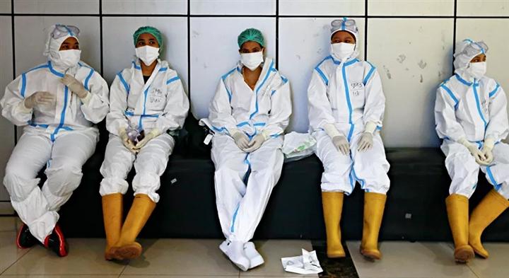 Gần 1.000 nhân viên y tế Indonesia chết vì COVID-19 - 1