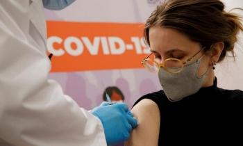 """Nga """"dồn mình vào chân tường"""" trong chiến dịch tiêm vaccine"""