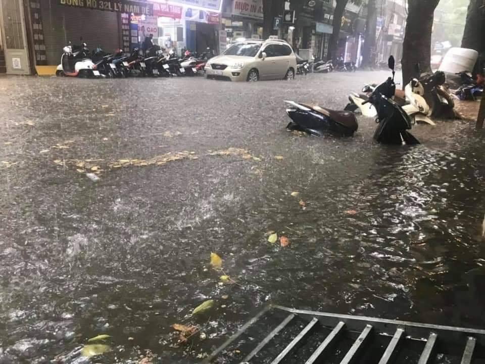 """Dự báo thời tiết: Bắc Bộ mưa to, Hà Nội lúc này """"phố cũng như sông"""""""