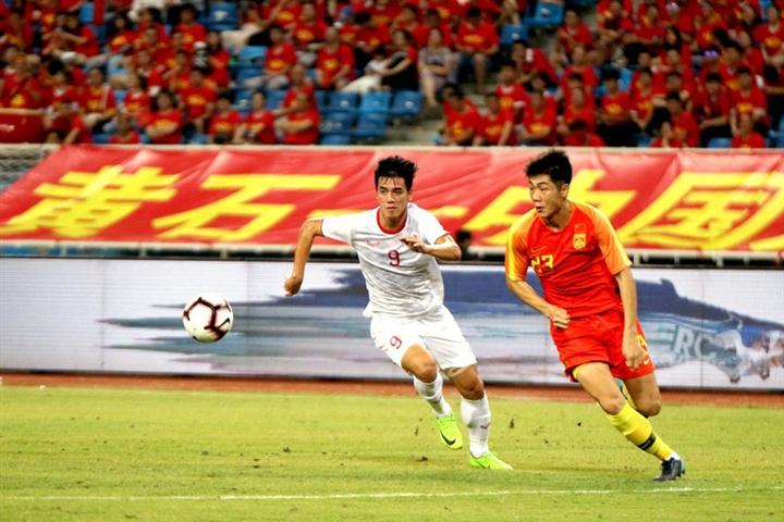 Tuyển Việt Nam thăng tiến, báo Trung Quốc lo đội nhà bại trận