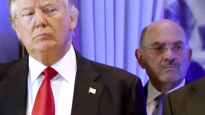 """Giám đốc tài chính tập đoàn Trump """"nộp mình"""" trước khi bị truy tố"""