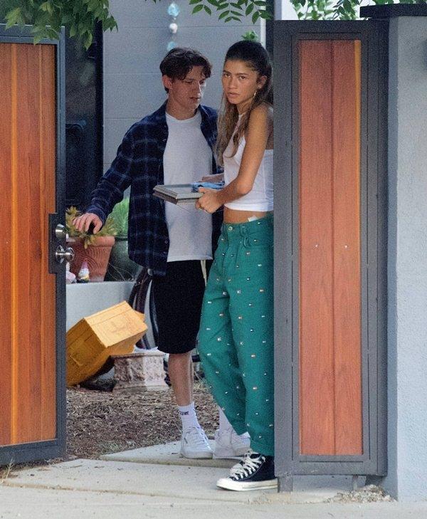 'Người Nhện' Tom Holland bị bắt gặp hôn Zendaya trên phố, fan náo loạn  - 3