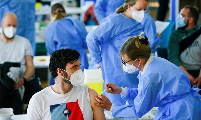 Những người bên lề cuộc đua vaccine châu Âu