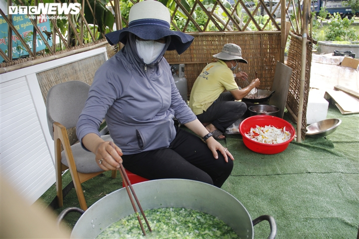 Nghỉ việc vì COVID-19, hàng xóm rủ nhau nấu cơm gửi tặng tuyến đầu chống dịch - 5